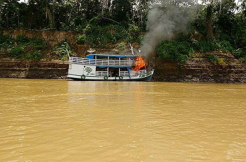 imagem de barco do ICMBio em chamas na amazônia mostra a força do garimpo ilegal na amazônia