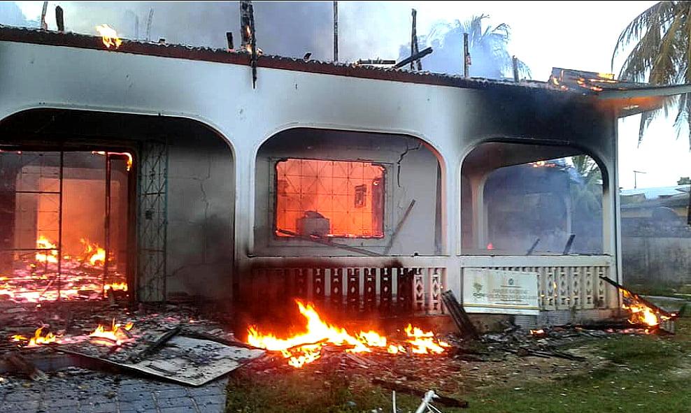 Imagem de casa em chamas em Humaitá, AM