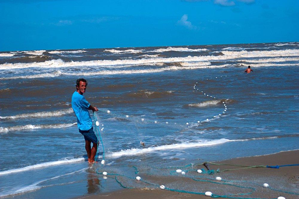 imagem de rede de arrasto na arrebentação em praia do cassino
