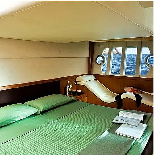 imagem da cabine principal de uma Ferretti 530