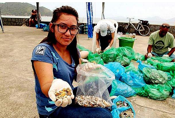imagem de pesquisadora mostrando cocaína amada nos mares