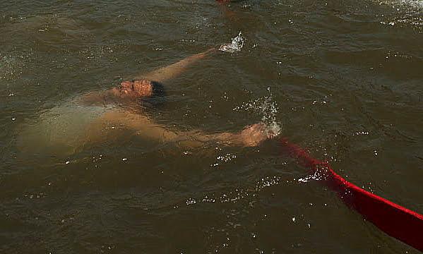 imagem de corpo boiando no Nilo