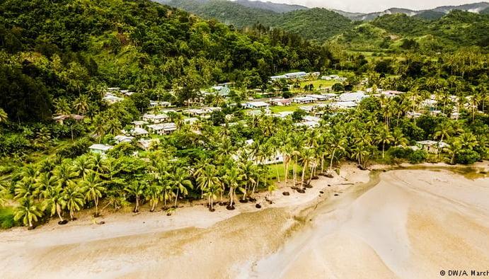 imagem de praia desaparecendo na República das Fíji