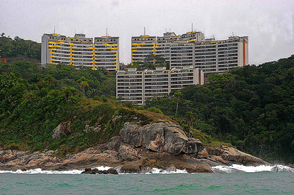 imagem de prédios no costão em Guarujá, SP