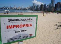 placa indica praia imprópria para banho
