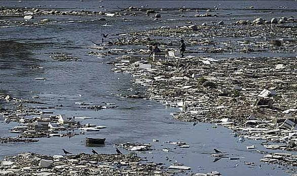imagem da poluição industrial no rio Nilo