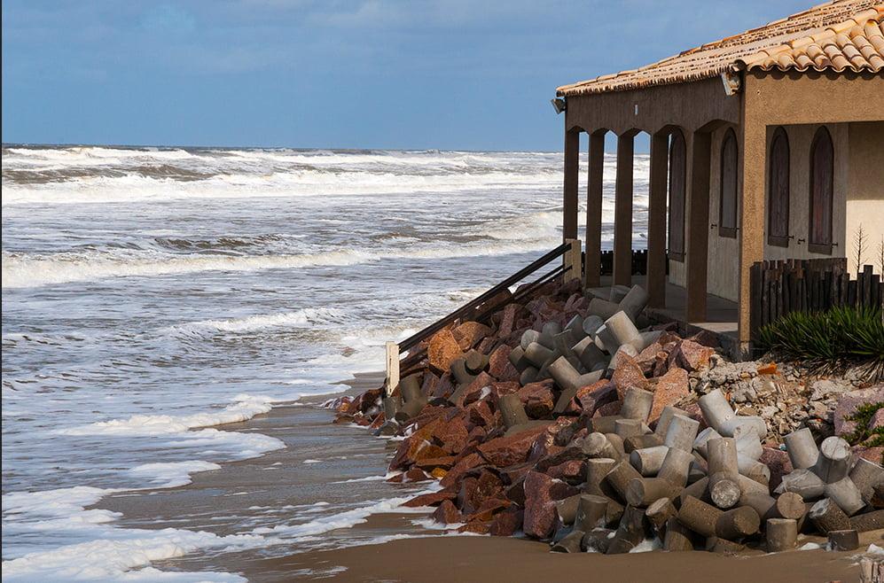 imagem de destruição de casas no balneário do Hermenegildo, RS