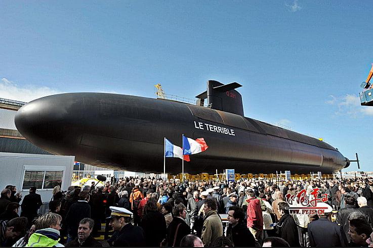 imagem de submarino Francês e multidão