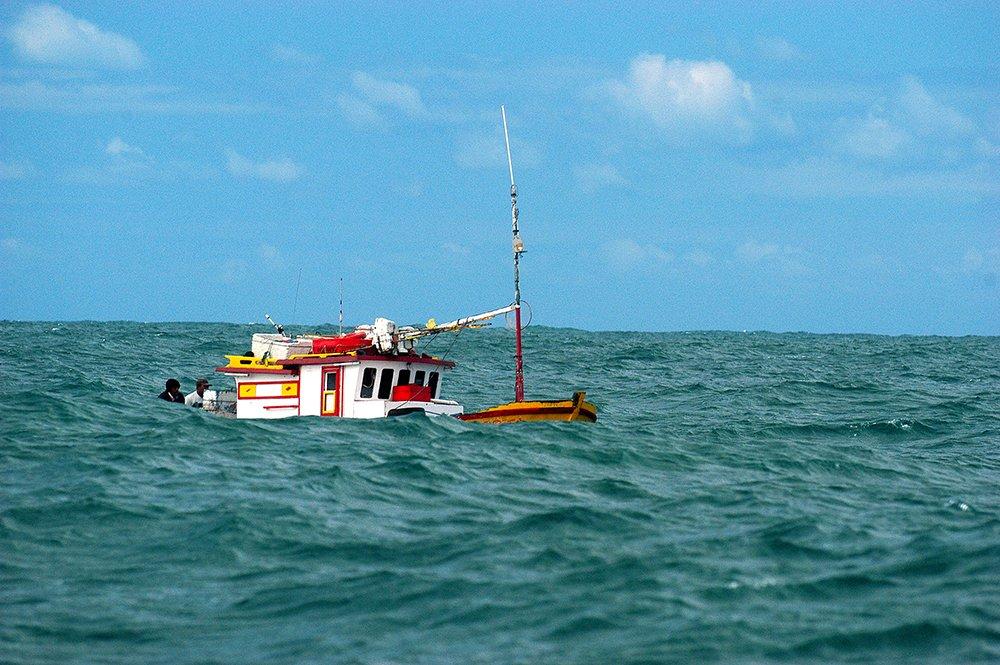 imagem de pesqueiro navegando em Búzios ilustra post O litoral de Búzios - Macaé - Cabo Frio - Baía da Guanabara