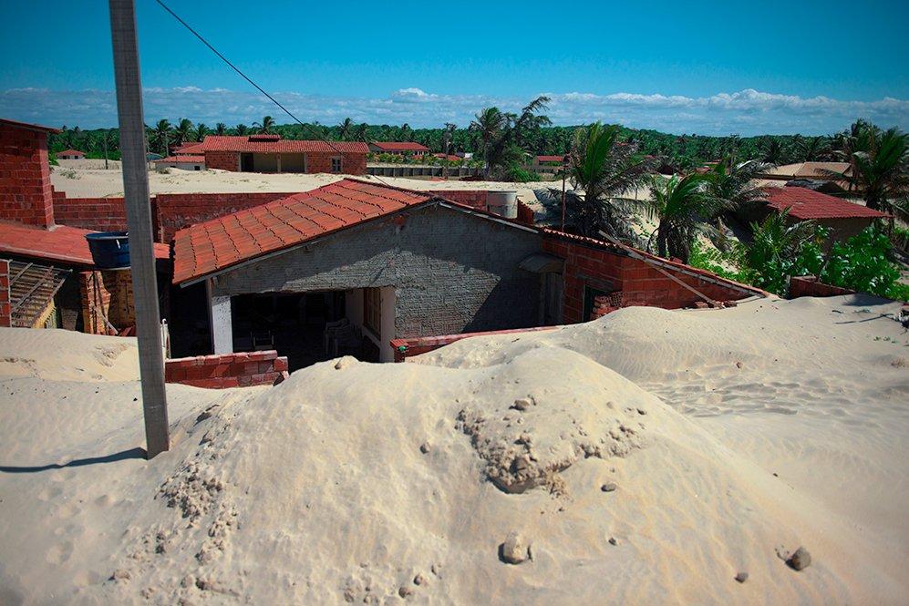 imagem de dunas na praia do Batoque, CE