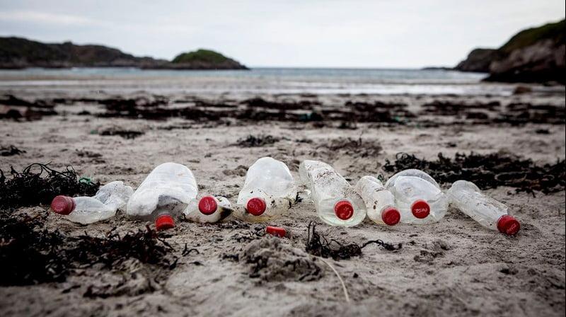 imagem de garrafas plásticas de coca- cola para post Coca- cola e plástico no mar
