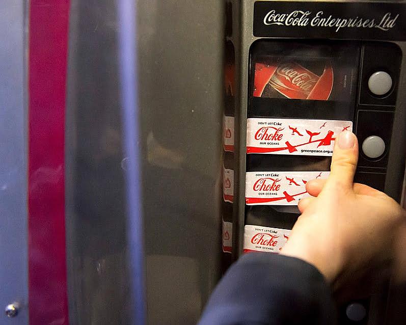 imagem de meaquina de venda de coca- cola ilustrando post Coca- cola e plástico no mar