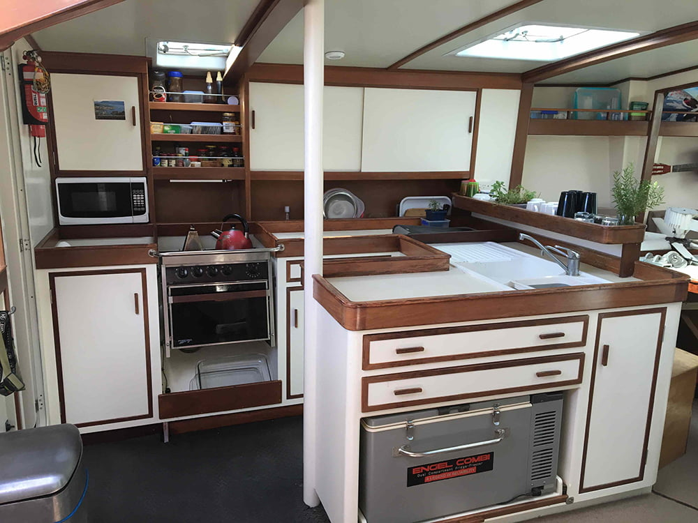 imagem da cozinha do veleiro Antartic