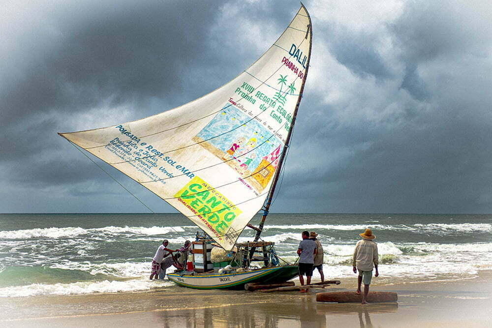 imagem de jangada em praia do ceará