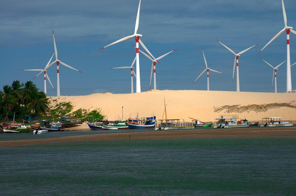 imagem de torres eólicas em cima de dunas