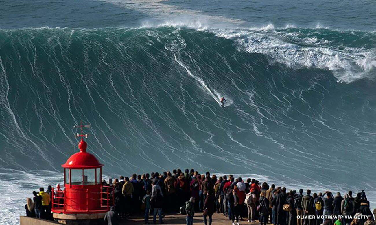 imagem de onda de Nazaré sendo surfada