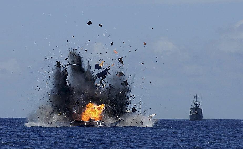 imagem de barco de pesca ilegal sendo afundado