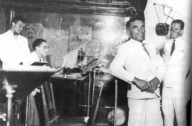 imagem do jangadeiro Jacaré em uma emissora de rádio