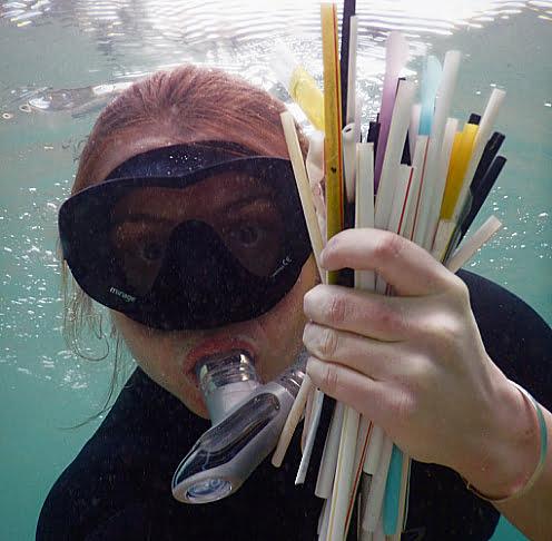 imagem de mergulhador submarino com canudinhos de plástico nas mãos ilustra post MacDonald's e canudinhos de plástico