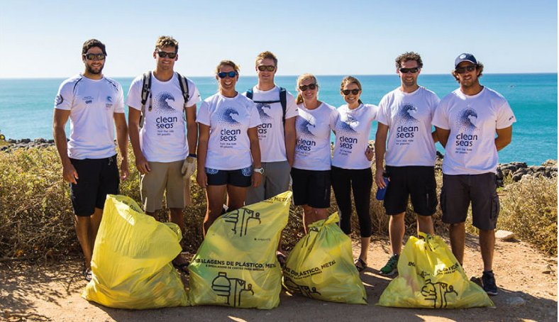imagem de tripulação de veleiro da Volvo Ocean race que aderiu à campanha Lixo plástico nos oceanos