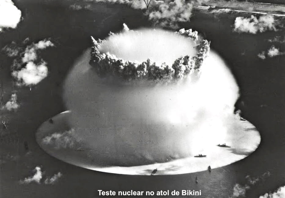 imagem do atol de Bikini durante explosão nuclear