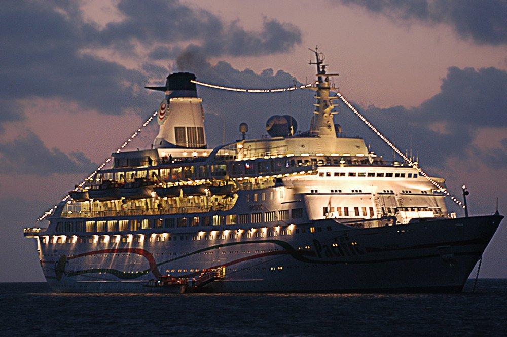 Imagem de navio de passageiros em Fernando de Noronha
