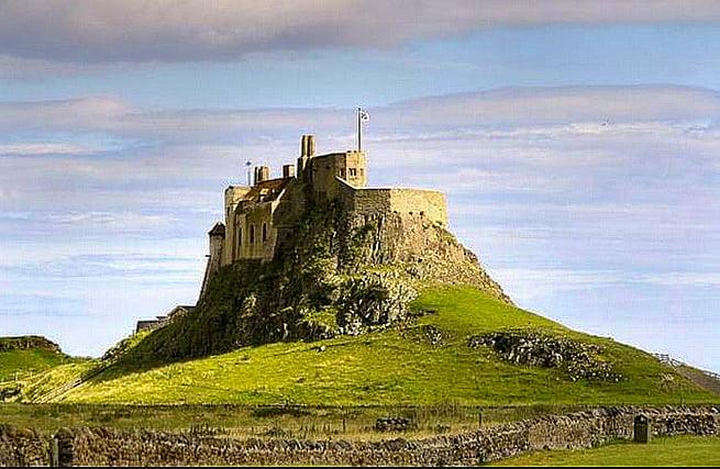 imagem do mosteiro de Lindisfarm atacado pelos vikings