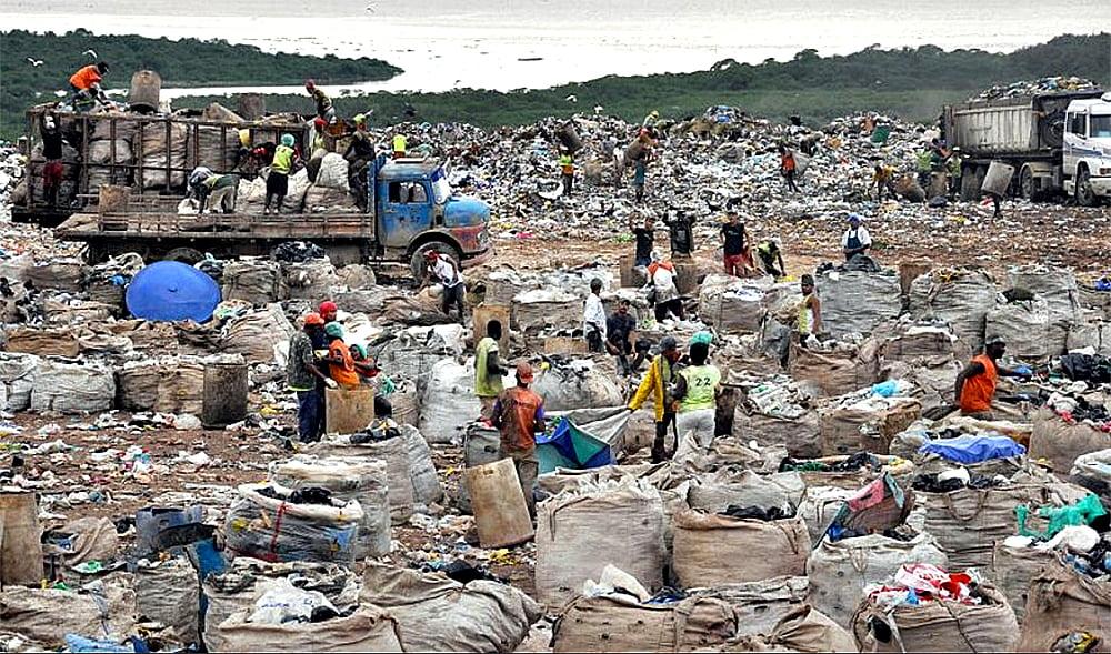 imagem de aterro sanitário e catadores de material para reciclagem do plástico
