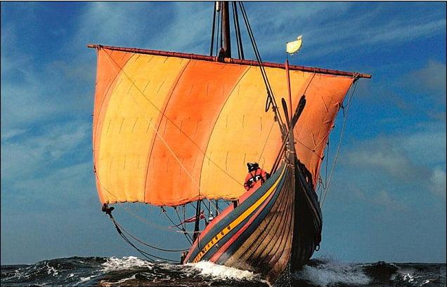 imagem de barcos dos vikings reconstruído e navegando