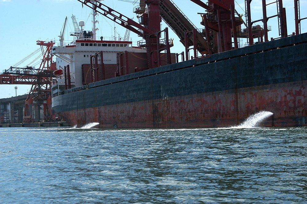 imagem de navio desmastreando no porto de Parabaguá