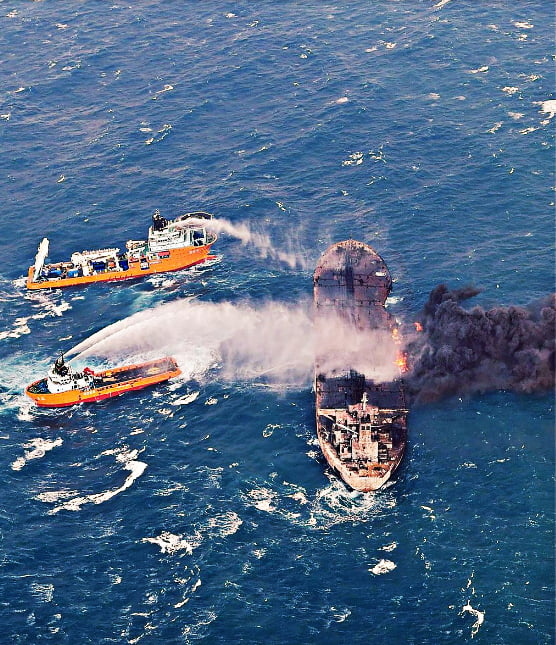 imagem de navio que derrama petróleo nos mares da China