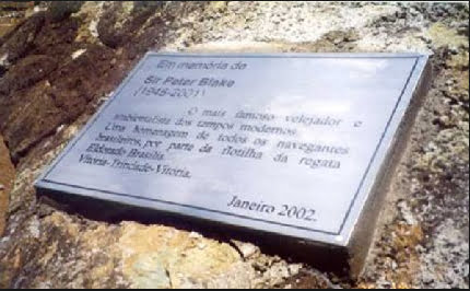 imagem de placa em homenagem a sir peter blake na ilha de Trindade