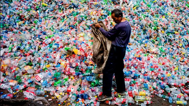 imagem de catador de Reciclagem do plástico