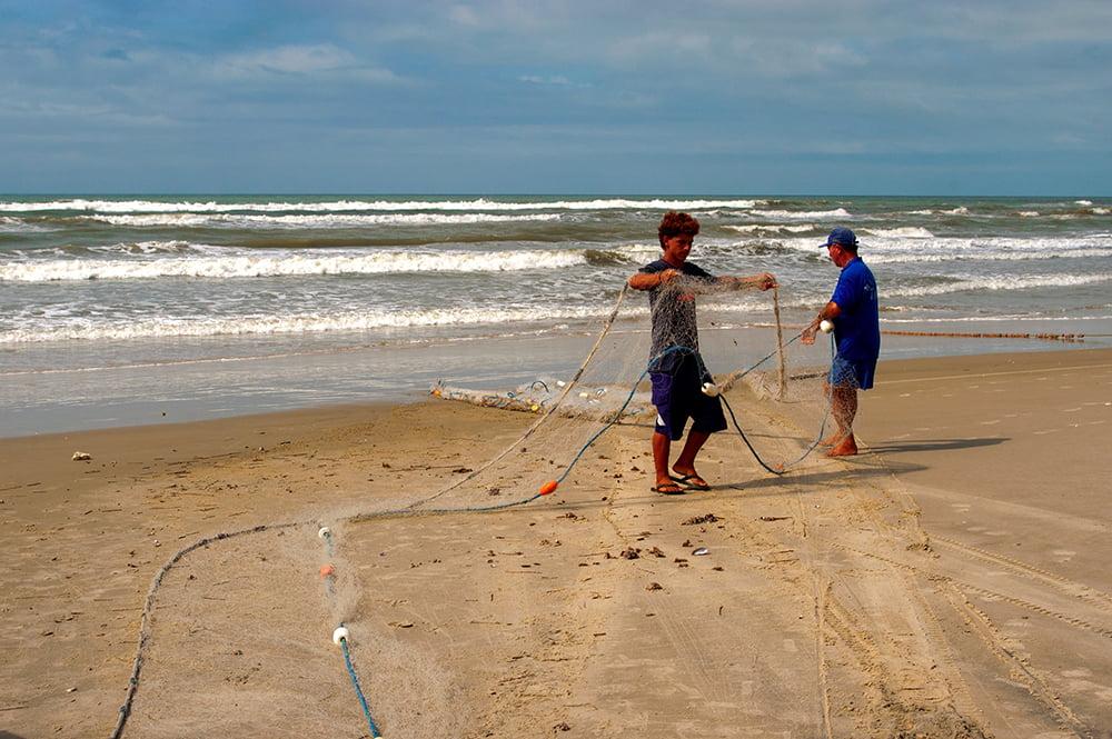 imagem de pesca artesanal, e seus malefícios em praia do Rio Grande do Sul