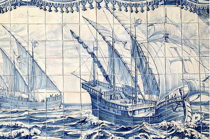 azulejos com desenhos dos navio de Vasco da Gama
