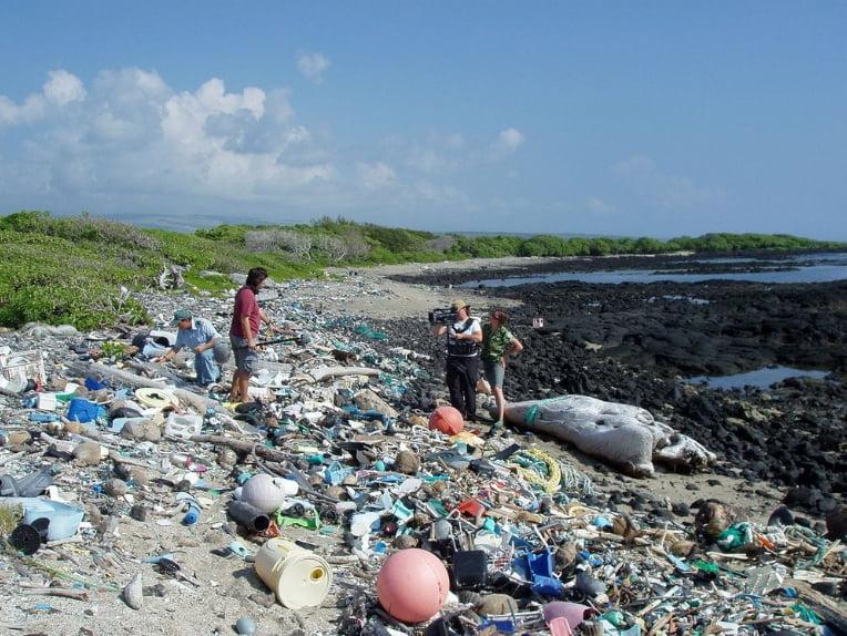 imagem de plástico em praias do Havaí