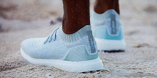 imagem de tênis adidas feito com plástico retirado dos oceanos, responsabilidades das multinacionais