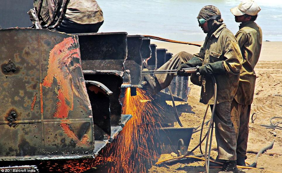 imagem de trabalhadores em Desmanche de navios em Alang