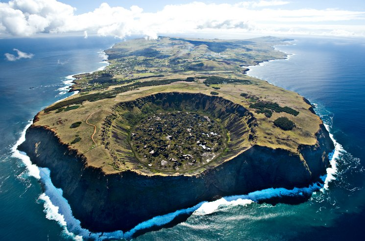 imagem da cratera Rani Raraku, ilha de Páscoa