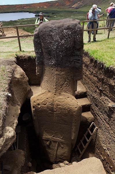 imagem de Estátua semi enterrada na ilha de Páscoa