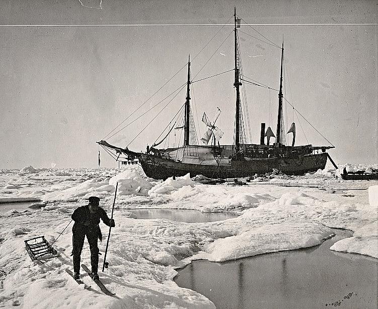 imagem do navio Foram, de Roald Amundsen, aprisionado pelo gelo