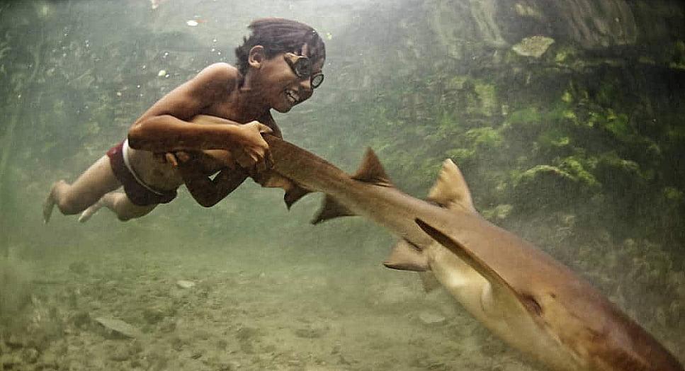 imagem de criança bajau mergulhadora
