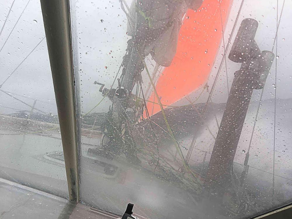 imagem de veleiro sob fortes ventos