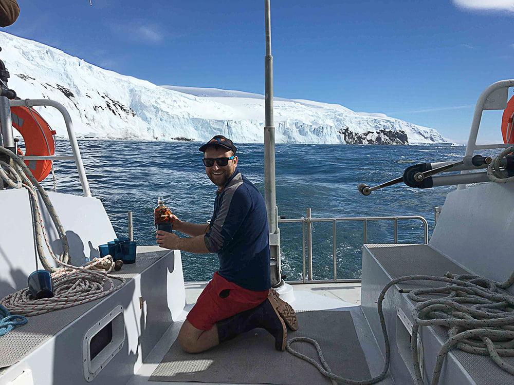 imagem de veleiro na Antártica