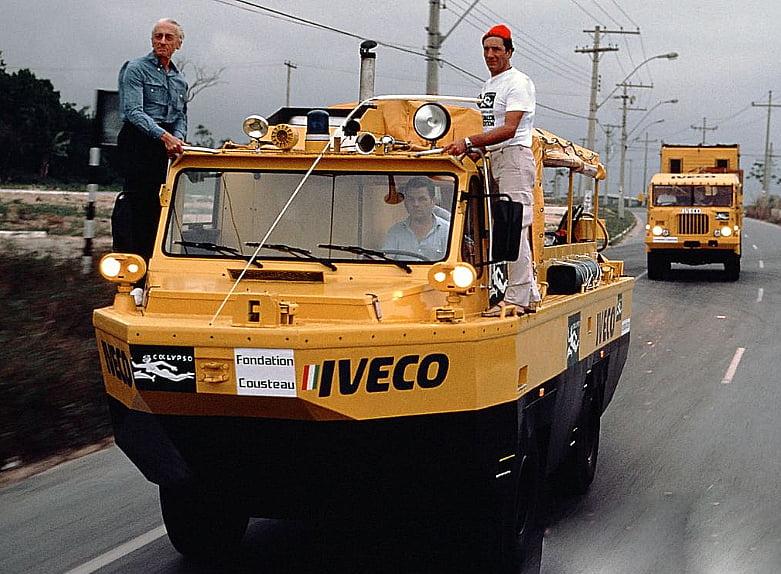 imagem de carro anfíbio de Jacques Cousteau na amazônia