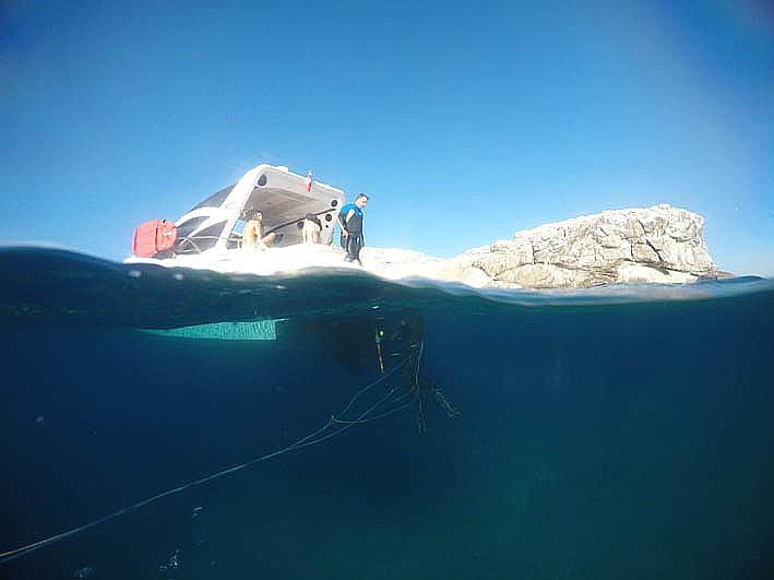 imagem da lancha M & P IV de caçadores submarinos na laje de santos