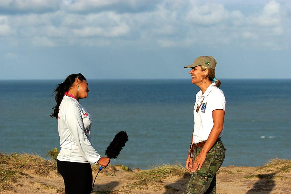 Imagem de Carla Marcon, entrevistada por Paulina Chamorro no litoral da Paraíba