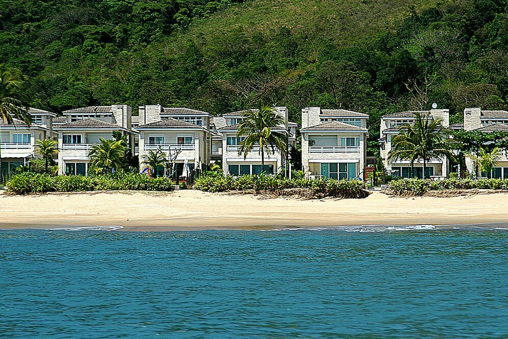 imagem da praia da baleia detonada pela especulação imobiliária