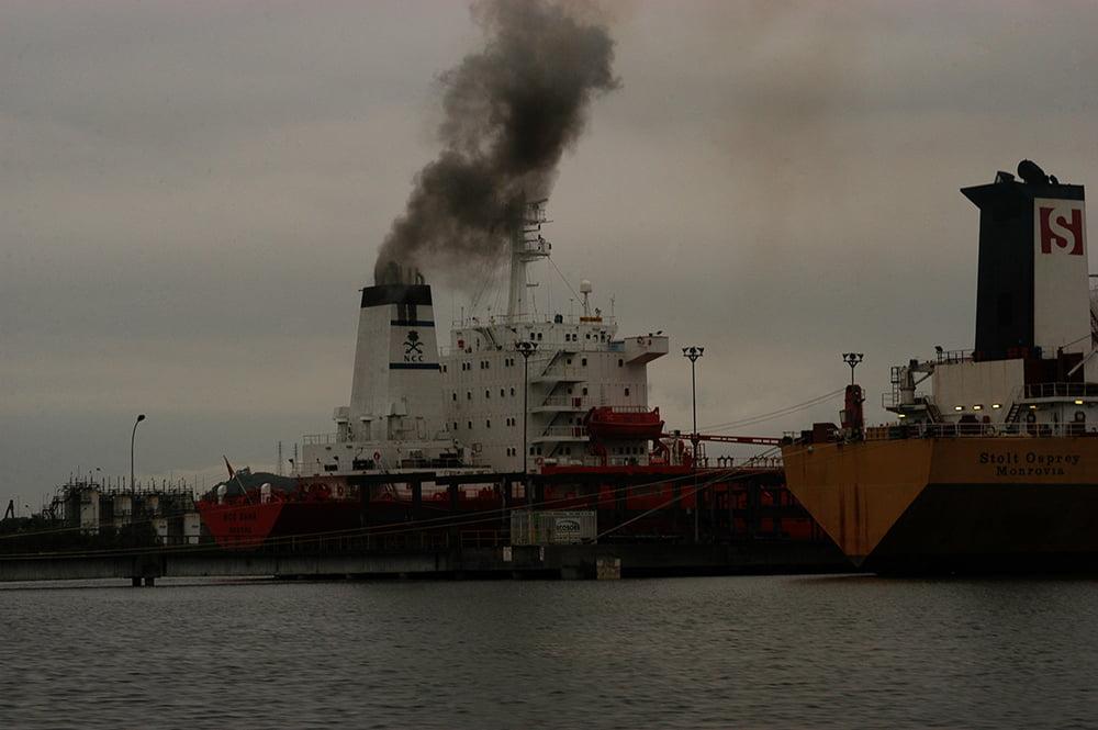 imagem de chaminé de navio expelindo fuligem