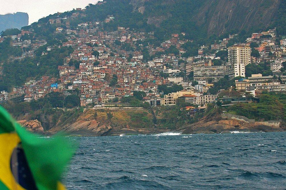 imagem de favelas no litoral do Rio de Janeiro